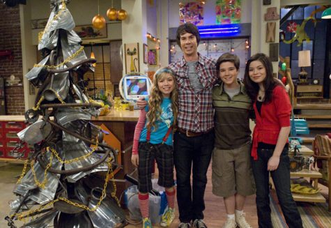 The cast of iCarly pose for the camera.